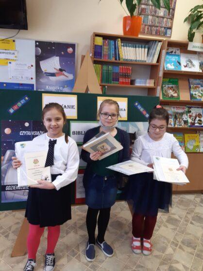 Pasowanie na czytelników biblioteki szkolnej uczniów klasy 1a i 1b.